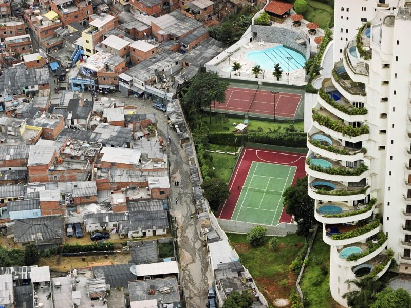 SAO PAULO, BRAZIL, 2005.  The Parais—polis favela (Paradise City shantitown) borders the affluent district of Morumbi in S‹o Paulo, Brazil (Foto: Tuca Vieira)
